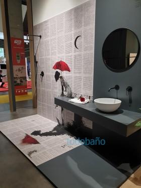 ambiente de un baño con plato y paneles en impresión digital