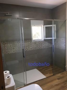 Imagen real de la mampara instalada con las puertas abiertas